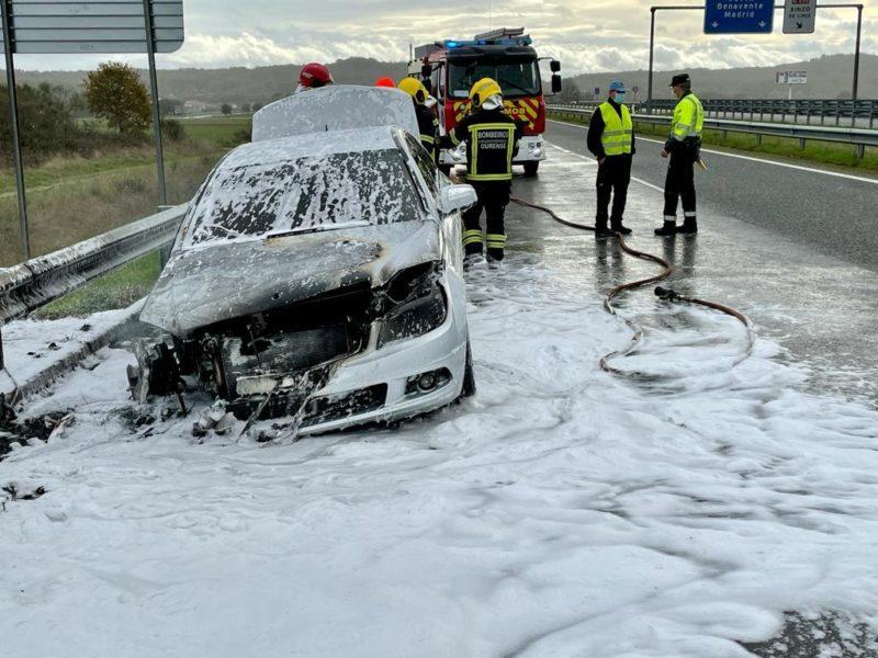Arde un coche en la A-52 sin causar heridos