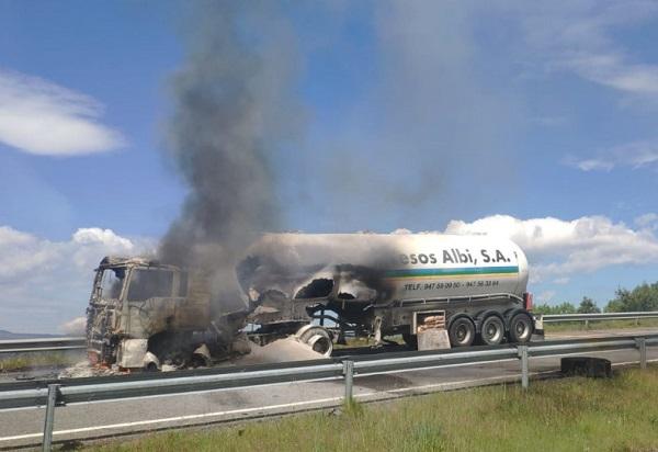 Cortan la A-52 por el incendio de un camión