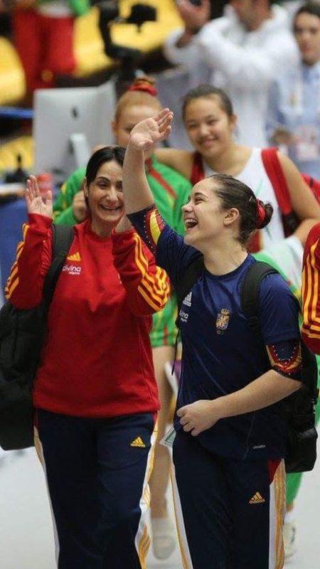 Melania Rodríguez, saltando con los pies en el suelo