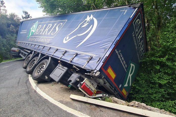 Un camión bloquea la carretera en Maceda