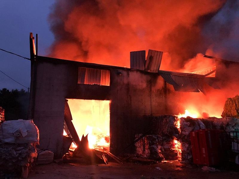 Imágenes del incendio de una nave en Bentraces