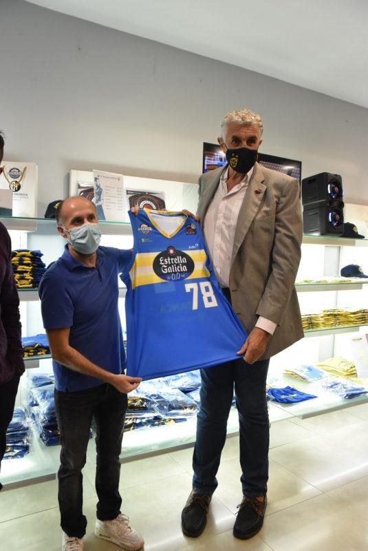 Fernando Romay visita la tienda del COB