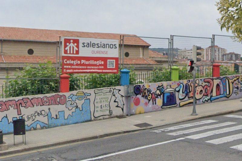 Un coche derriba el muro de Salesianos